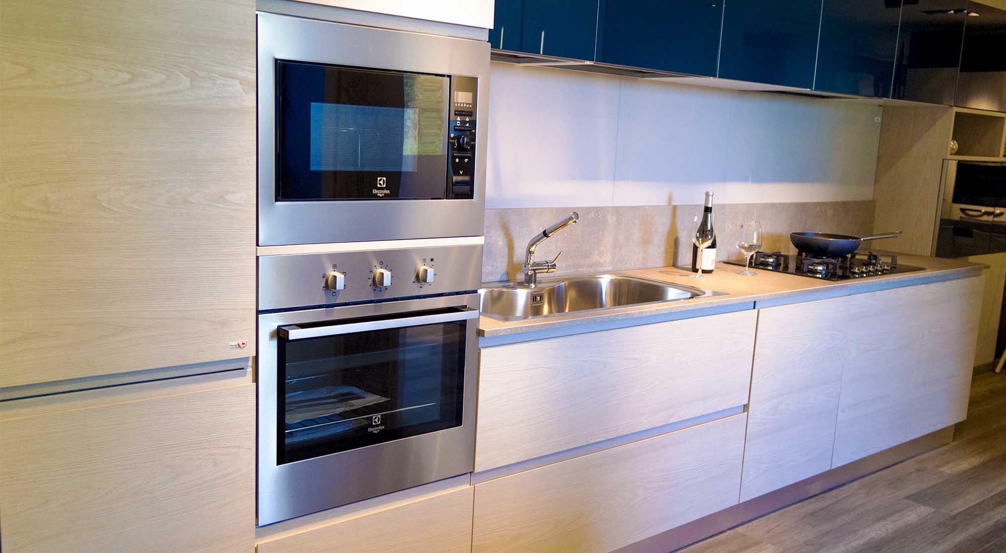 Cucina anta maniglia con pensili in vetro blu cobalto - Profondita pensili cucina ...