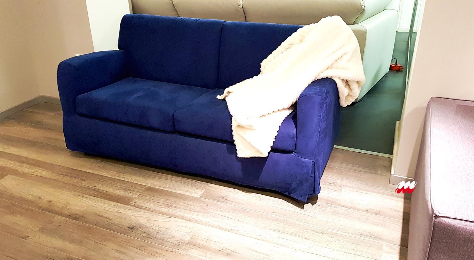 Divano 2 posti blu fok arredamenti meneghello - Dimensione divano 2 posti ...