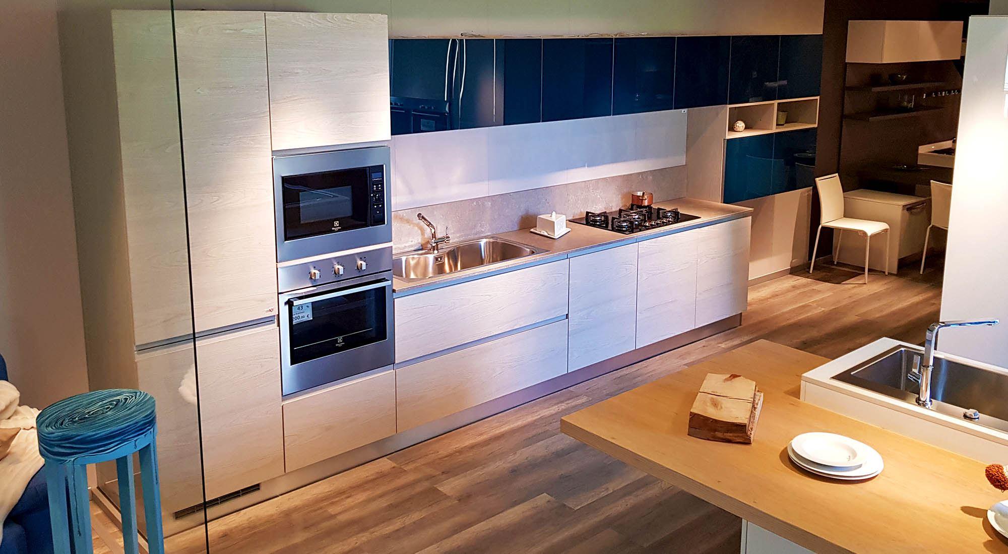 Cucina anta maniglia con pensili in vetro blu cobalto - Arredamenti ...